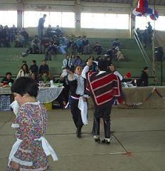 Presentación folklórica de los alumnos en el gimnasio.