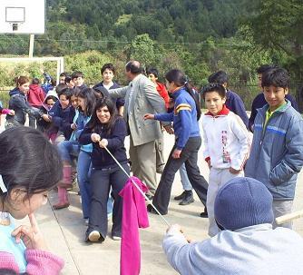 Alumnos y alumnas tirando la cuerda.