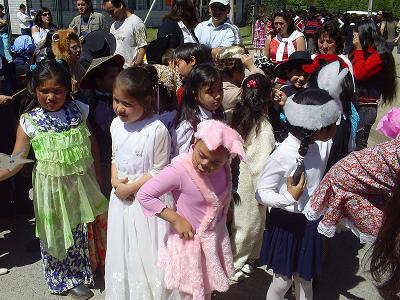Alumnas y alumnos  de Primero disfrazados.
